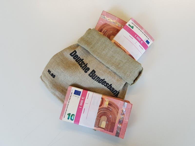 Le sac de Federal Bank allemand a rempli de trois euros de tousand images libres de droits