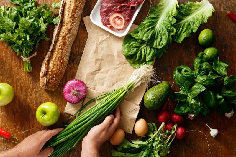 Le sac de papier de vue a placé la nourriture saine achetant la nourriture saine photos stock
