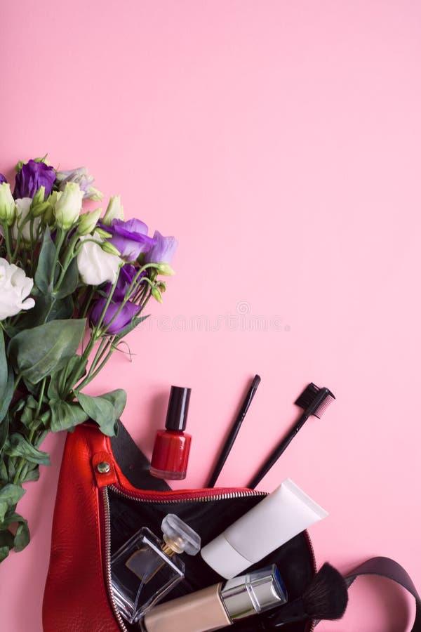 Le sac des femmes avec des accessoires sur pâle - fond rose image libre de droits