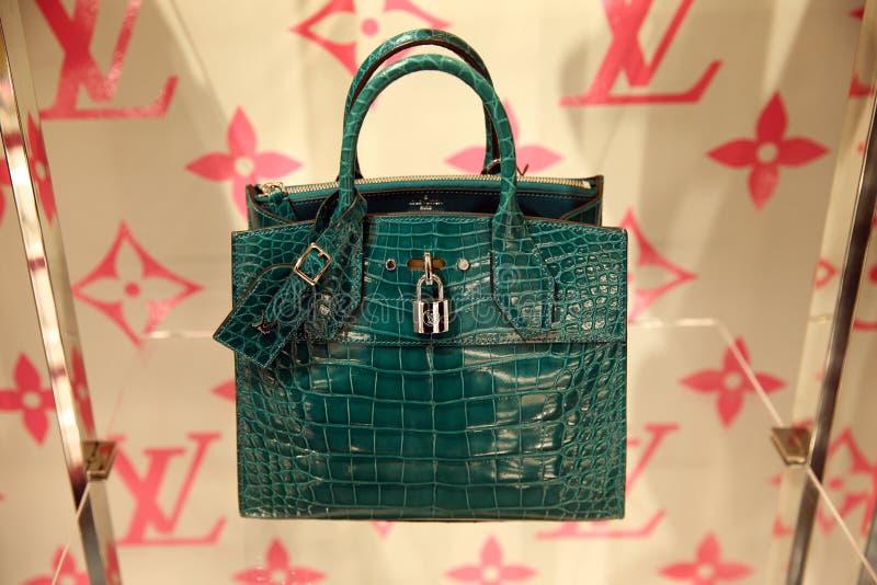 Le sac des femmes vertes par Louis Vuitton, une nouvelle collection dans le magasin d'entreprise moscou 28 02 2019 image libre de droits