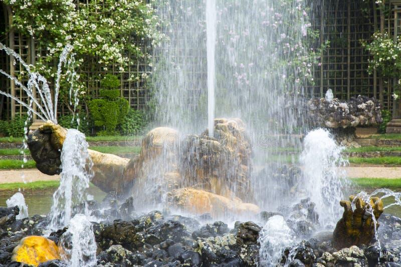 Le saint Sophia Cathedral à Pushkin, le St Petersbourg, fontaine de RussiaEnkelados à Versailles fait du jardinage, des Frances photographie stock libre de droits