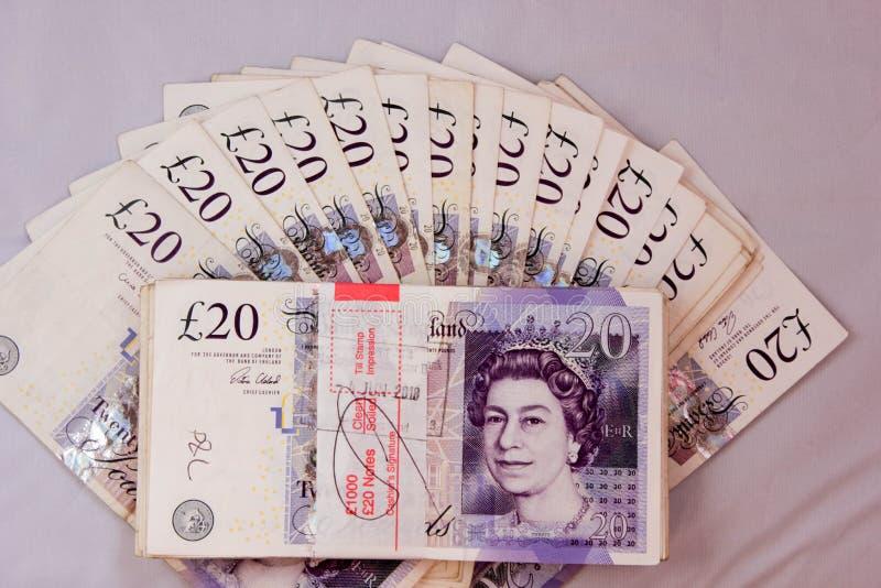 Le salaire de paiements en espèces d'argent de livres de l'anglais gagnent à des scads de tourisme de revenu de la devise 20pound photos libres de droits