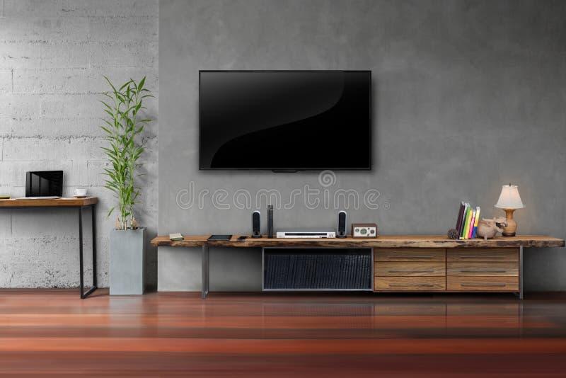 Le salon a mené la TV sur le mur en béton avec le furn en bois de media de table photos libres de droits