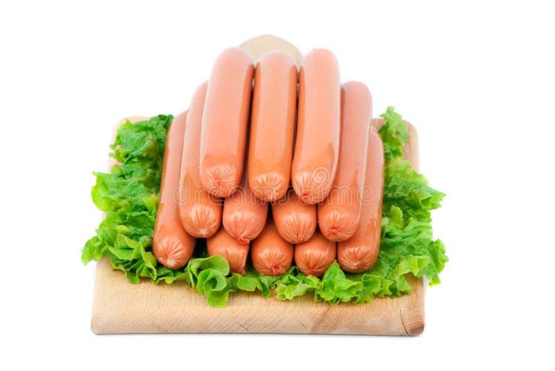 Le salsiccie bulgare del pollo hanno sistemato sul bordo di taglio con lettuc immagine stock