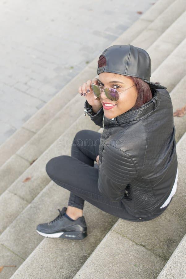 Le sammanträde för ung kvinna på stads- stil för trappa arkivbilder