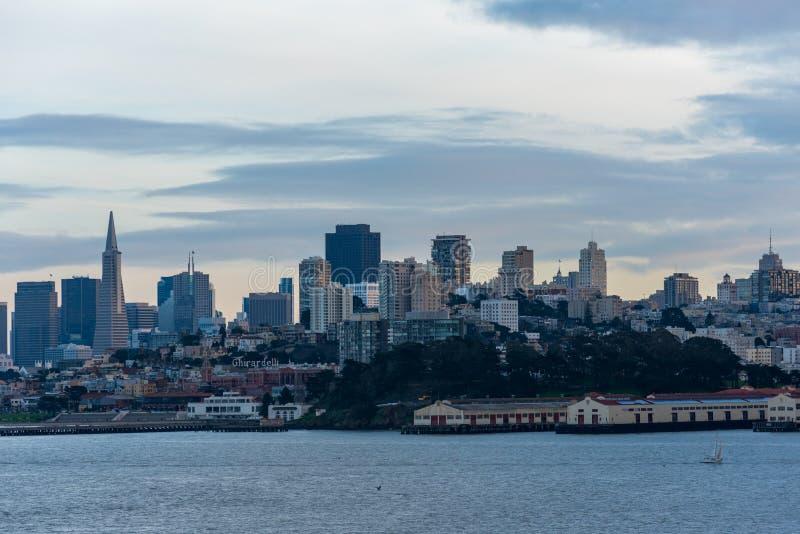 Le San Francisco Skyline au crépuscule photo stock