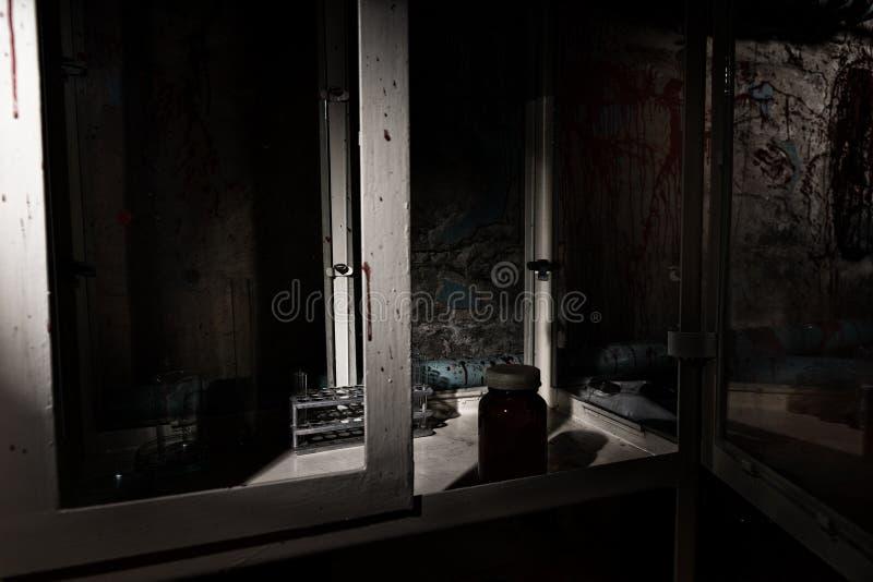 Le sang a souillé le laboratoire avec le cas en verre et les tubes image stock