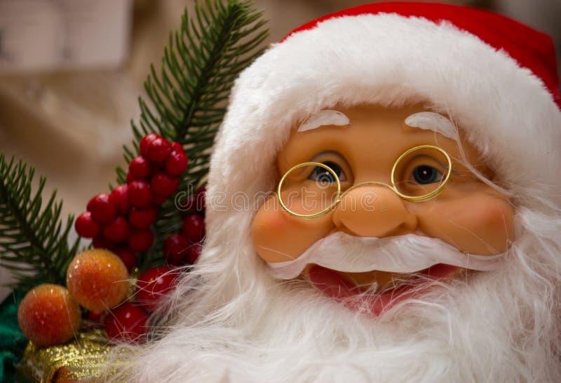 Le Santa Claus med gåvor och nytt års trädslut upp Santa Claus vänder mot closeupen Begrepp för glad jul och för lyckligt nytt år arkivfoto