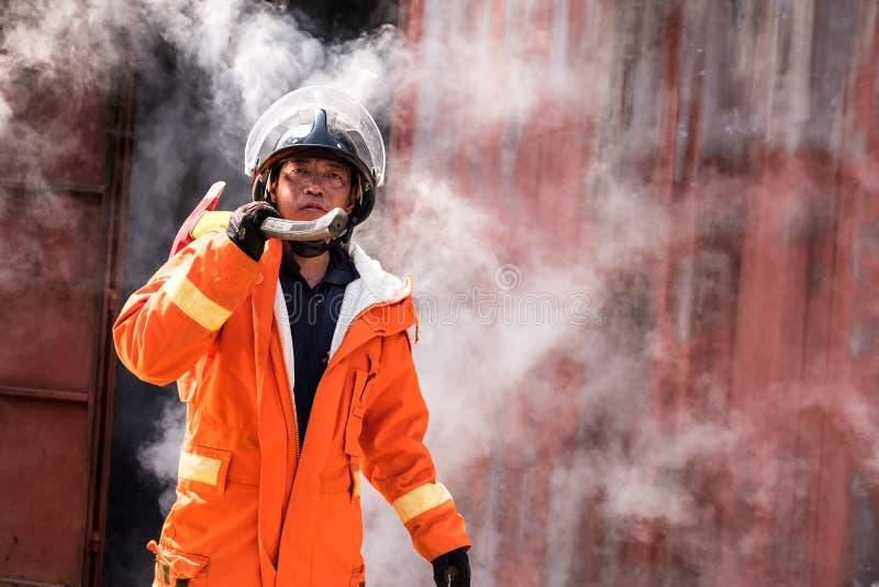 Le sapeur-pompier marche de la fumée image libre de droits