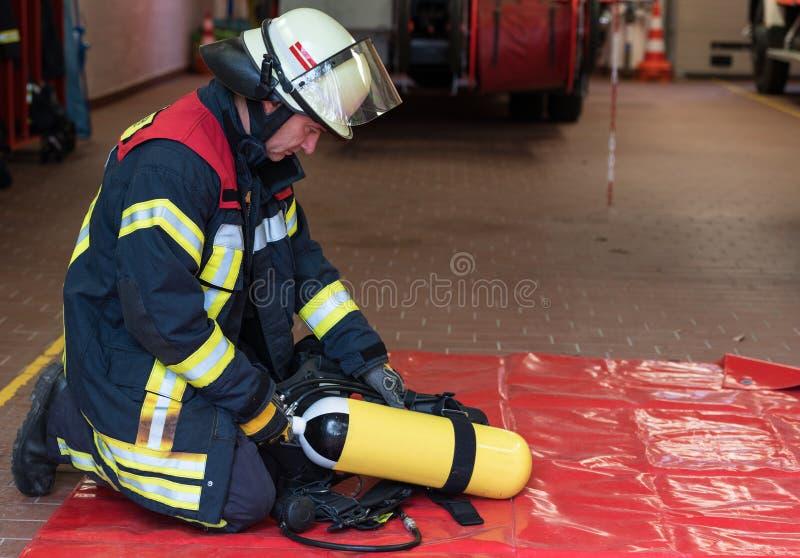 Le sapeur-pompier a utilisé un cylindre d'oxygène photo libre de droits
