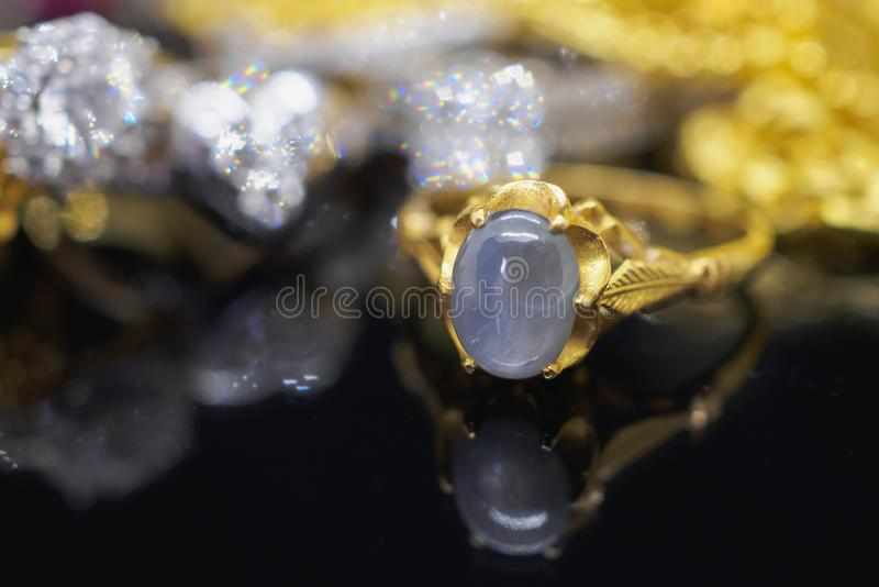 Le saphir bleu de bijoux d'or de vintage sonne avec la réflexion image stock