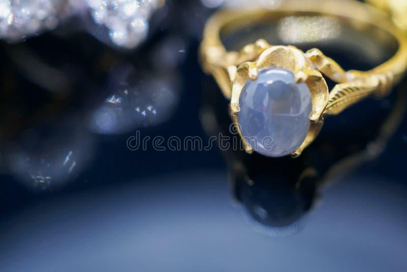 Le saphir bleu de bijoux d'or de vintage sonne avec la réflexion photos libres de droits