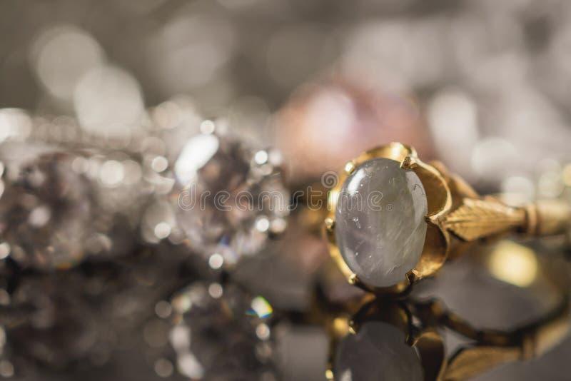 Le saphir bleu de bijoux d'or de vintage sonne avec la réflexion photos stock