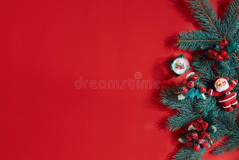 Le sapin s'embranche frontière sur le fond rouge, bon pour le contexte de Noël photo stock