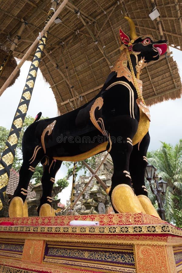 Le sarcophage de taureau prêt pour l'enterrement et l'incinération de famille royale d'Ubud photographie stock libre de droits