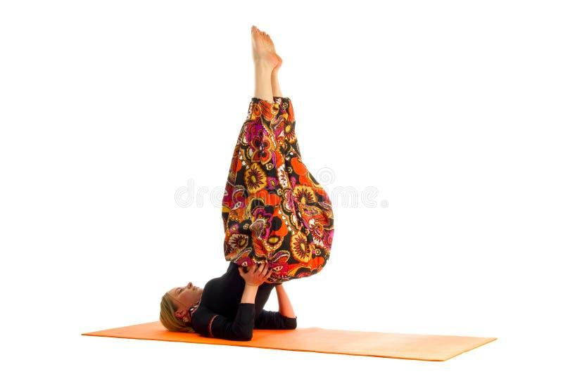 Le sarvangasana d'Ardha, une position dans le yoga, s'appelle également le demi support d'épaule photos libres de droits