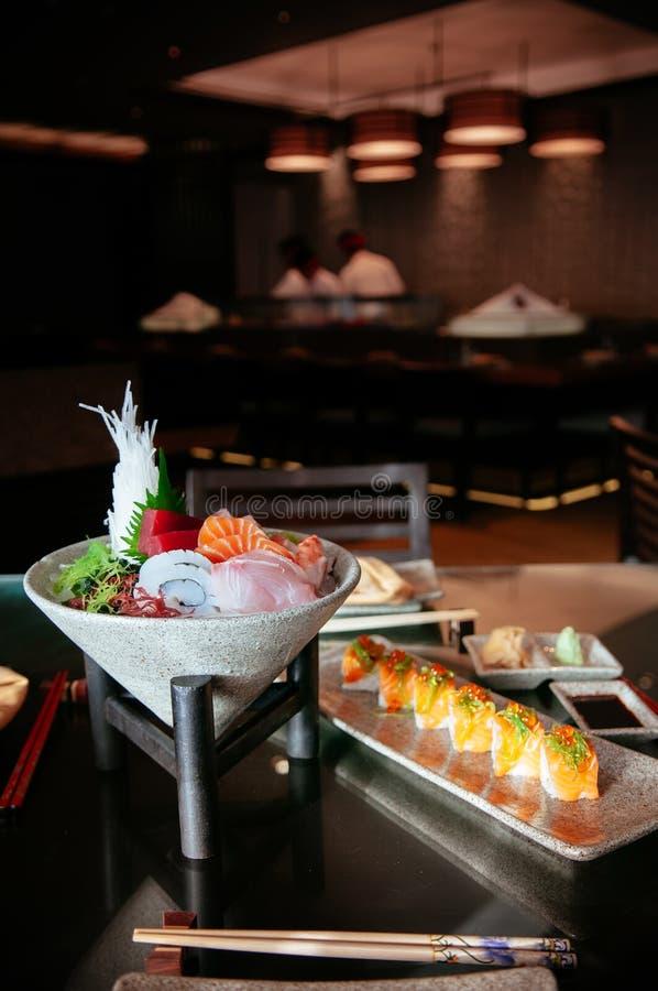 Le sashimi frais japonais de sushi a placé avec de divers poissons et fruits de mer photo libre de droits