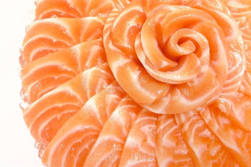 Le sashimi saumoné sur la forme de fleur sur le bateau de cuvette de glace sur le blanc a isolé le fond photographie stock libre de droits