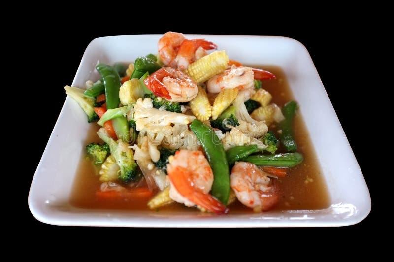 Le sauté a mélangé les légumes et la crevette dans le plat blanc photos stock
