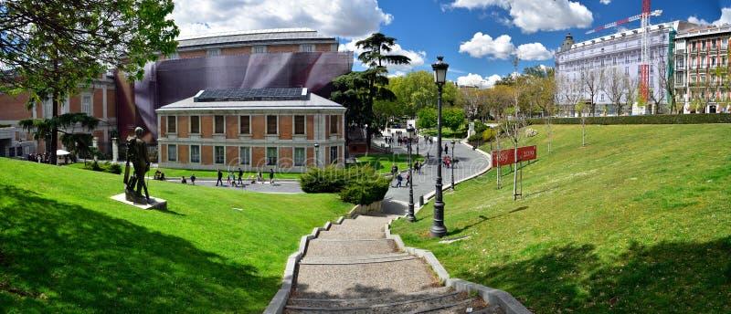 Le scale che portano al Museo del Prado una grande pietra miliare della cultura a Madrid fotografie stock libere da diritti