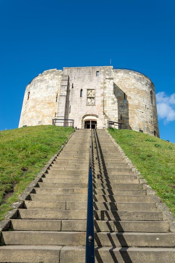 Le scale che portano al ` s di Clifford si elevano su una collina coperta erba immagine stock