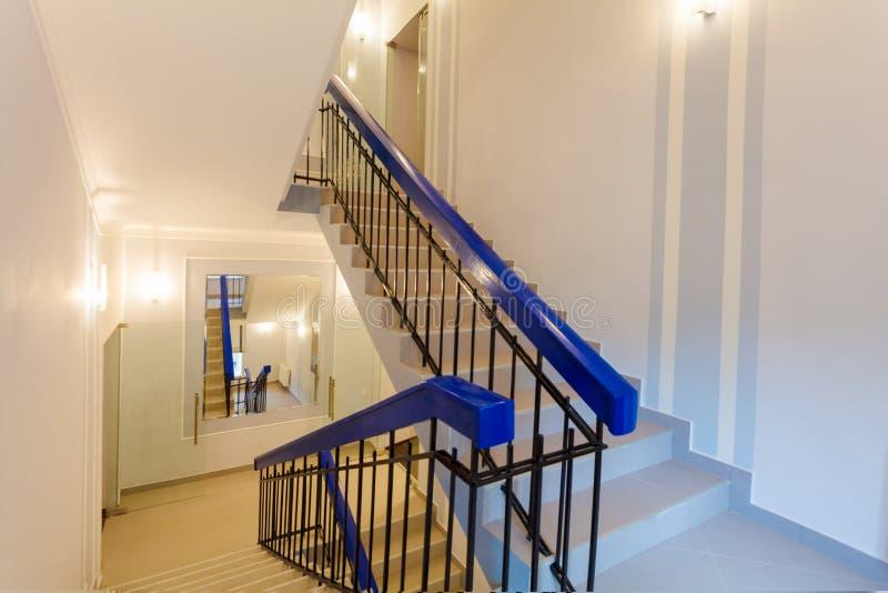 Le scale con lo specchio nella parete è la parte dell'interno dell'appartamento dopo il ritocco, il rinnovamento, estensione, rip fotografie stock libere da diritti