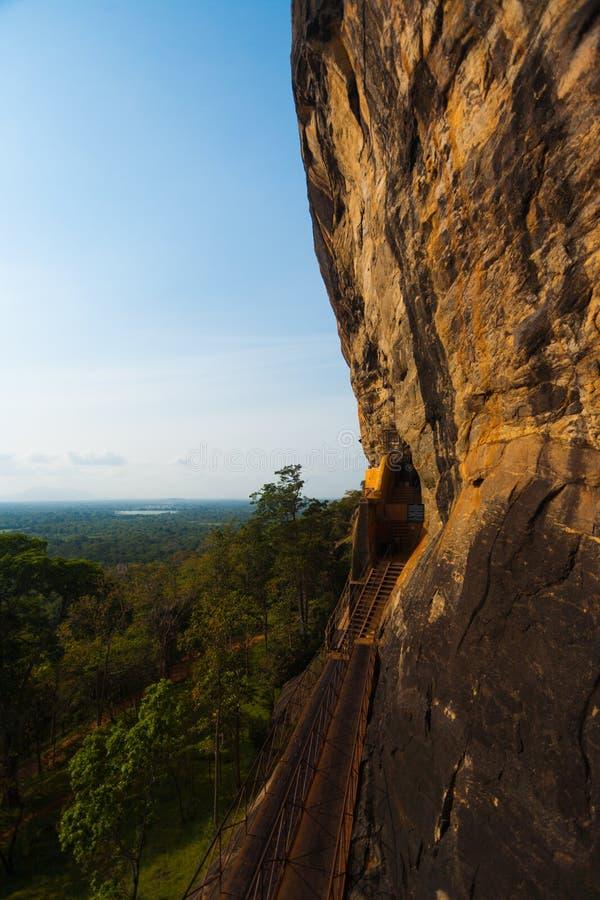 Le scale del fronte della scogliera della roccia di Sigiriya escono il paesaggio immagini stock libere da diritti