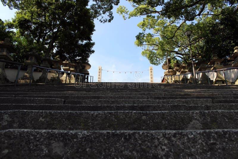 Le scale sul modo a Hofu Tenmangu shrine in Yamaguchi, Japa fotografia stock