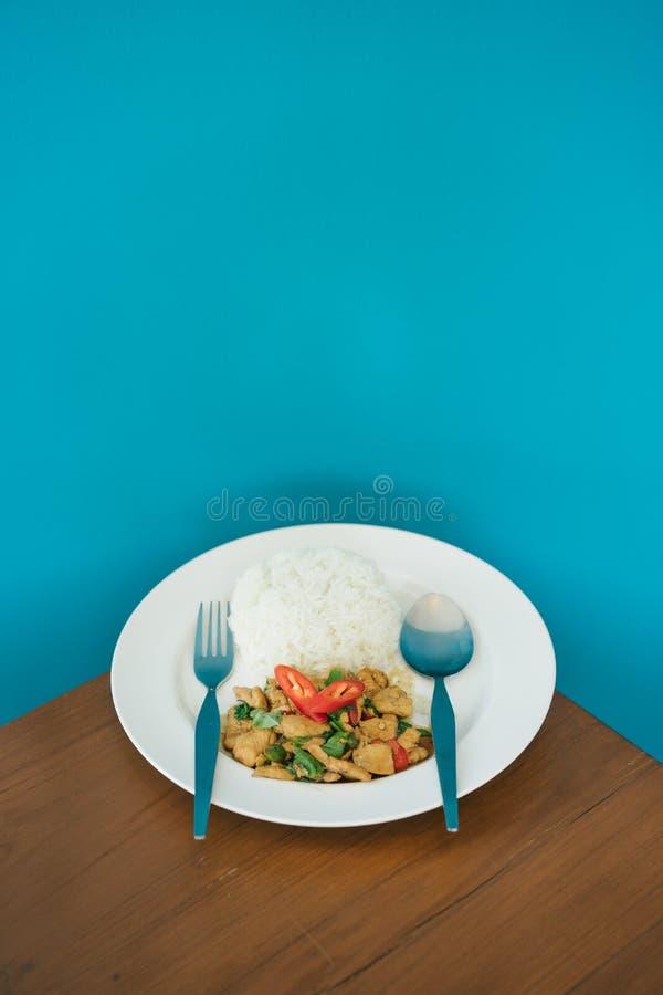 Le scalpore del pollo hanno fritto con il cuscinetto santo GA Prao Gai del basilico immagine stock