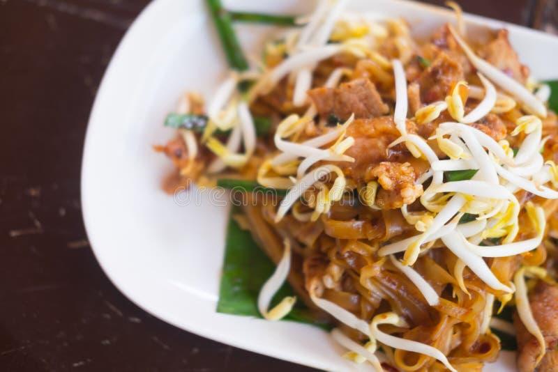 Le scalpore del ` s di Korat hanno fritto le tagliatelle tailandesi di stile della tagliatella immagini stock