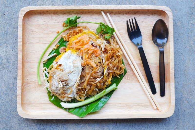 Le scalpore del ` s di Korat hanno fritto le tagliatelle tailandesi di stile della tagliatella fotografia stock