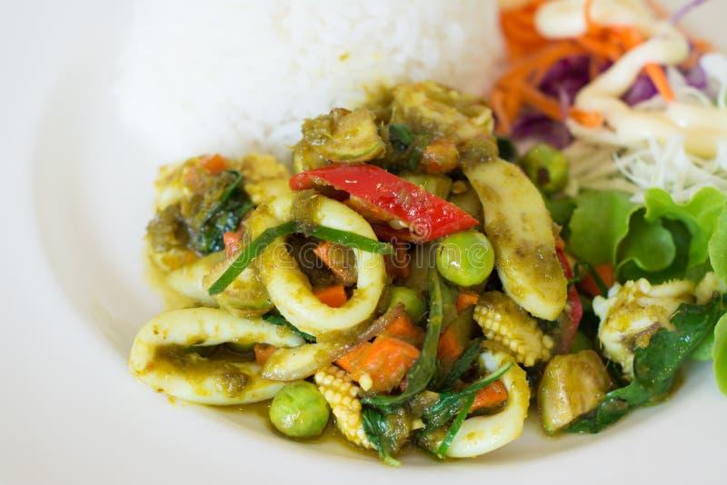 Le scalpore hanno fritto il curry verde con frutti di mare e riso fotografia stock