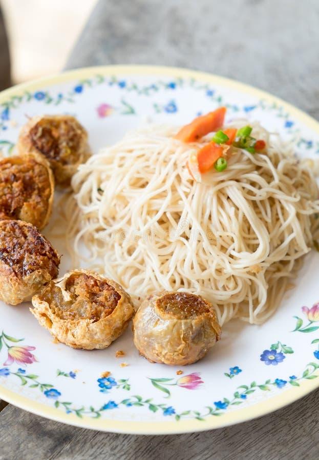 Le scalpore hanno fritto la tagliatella bianca Hong Kong e il jo di Hoi ha fritto nel grasso bollente il pollo immagine stock libera da diritti