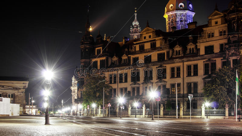 Le scape de nuit de la vieille route de ville de Dresde avec le palais de Zwinger comme fond photographie stock libre de droits