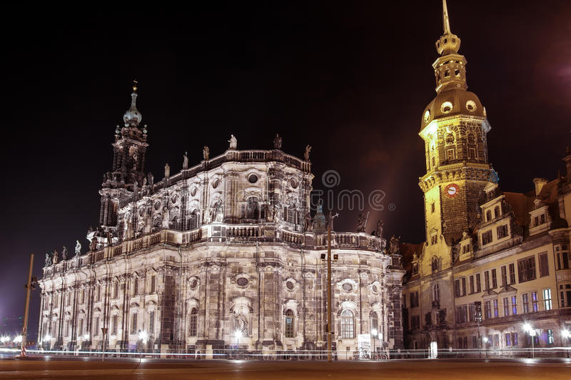 Le scape de nuit de la vieille ville Chuch de Dresde et du palais de Zwinger photographie stock libre de droits