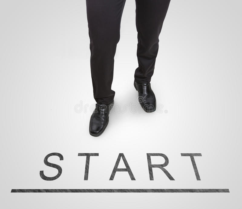 Le scarpe d'uso stanti della corte dell'uomo d'affari sull'inizio (cominci) allineano fotografia stock