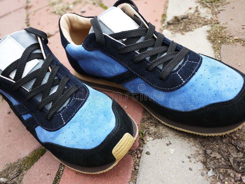 Le scarpe da tennis degli uomini moderni e bei per muovere intorno la città e viaggiare Queste scarpe da tennis sono adatte a tu immagini stock