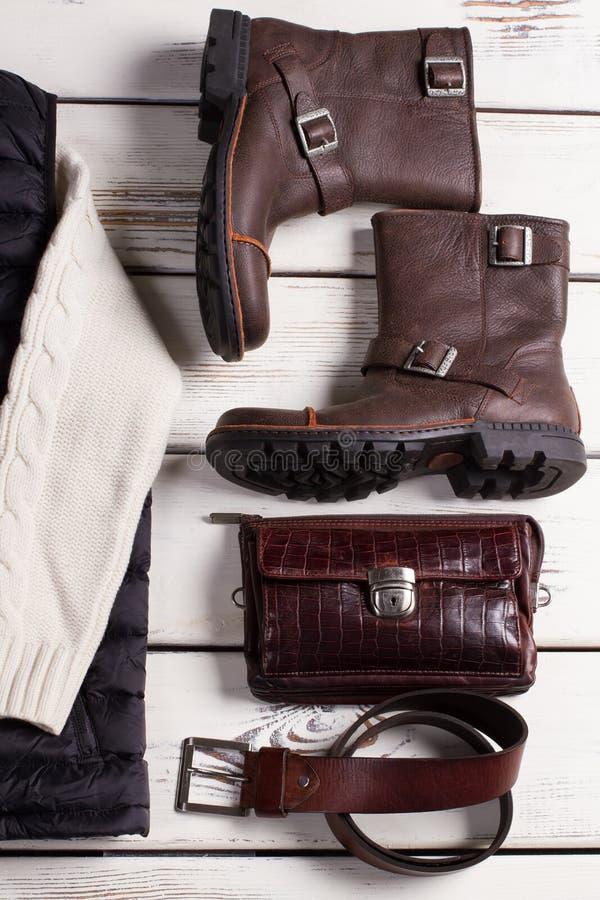 Le scarpe degli uomini alla moda con gli accessori di cuoio fotografia stock