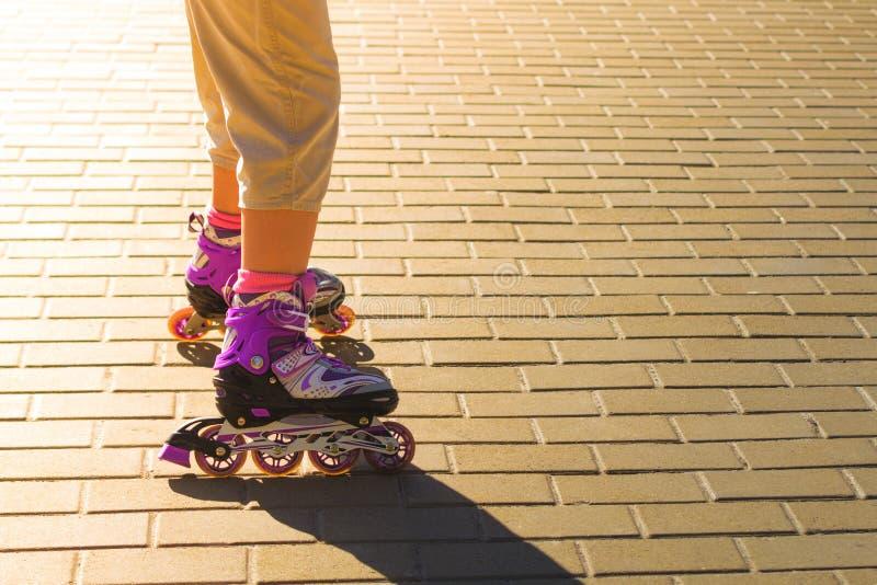Le scarpe dei pattini di rullo con il sole irradiano nei precedenti fotografia stock libera da diritti