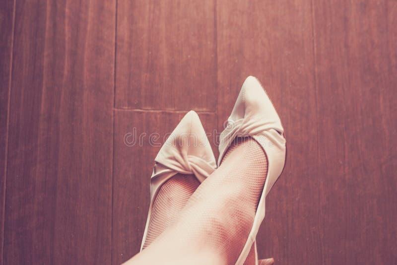 Le scarpe del ` s delle donne guardano giù all'interno tonificato immagini stock