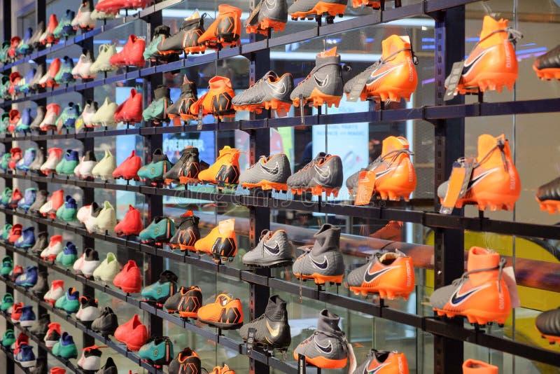 Le scarpe di calcio di Nike, nuovi modelli per degli uomini mostrano sugli scaffali immagine stock