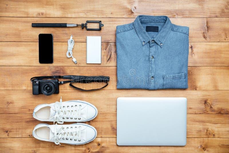 Le scarpe di concetto di viaggio, la camicia, il telefono cellulare, il computer portatile, il mp3, usb, sono venuto immagini stock