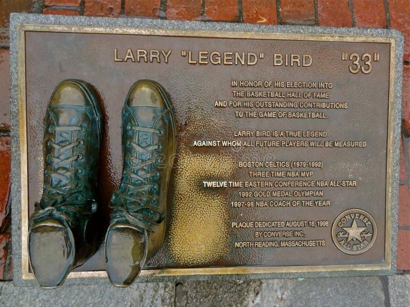 Le scarpe di pallacanestro hanno bronzato onorare Larry Bird immagini stock libere da diritti