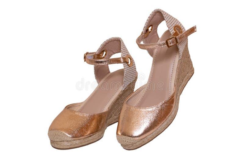 Le scarpe dorate hanno isolato Primo piano delle scarpe a tacco alto di cuoio femminili eleganti dorate di un paio isolate su un  fotografie stock