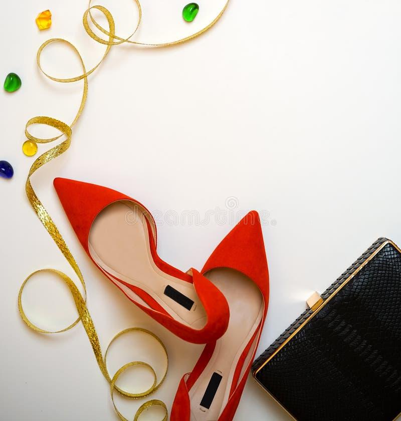 Le scarpe rosse della raccolta femminile dell'attrezzatura del partito della celebrazione insaccano gli accessori della frizione  fotografia stock