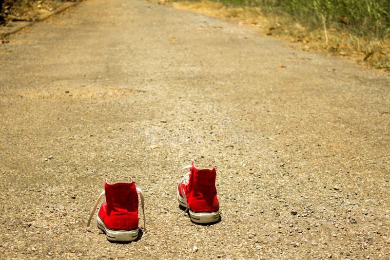 Le scarpe rosse stanno camminando sulla via che muove il futuro luminoso in avanti di cattura affatto avanti sull'opportunità, le fotografie stock libere da diritti