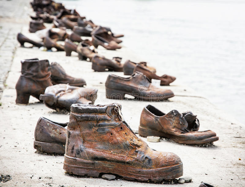Le scarpe sulla banca del Danubio è un memoriale a Budapest, Ungheria fotografie stock libere da diritti