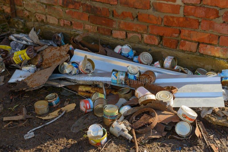 Le scatole, le bottiglie di plastica e l'altra immondizia sono in un mucchio Ceboksary La Russia fotografia stock