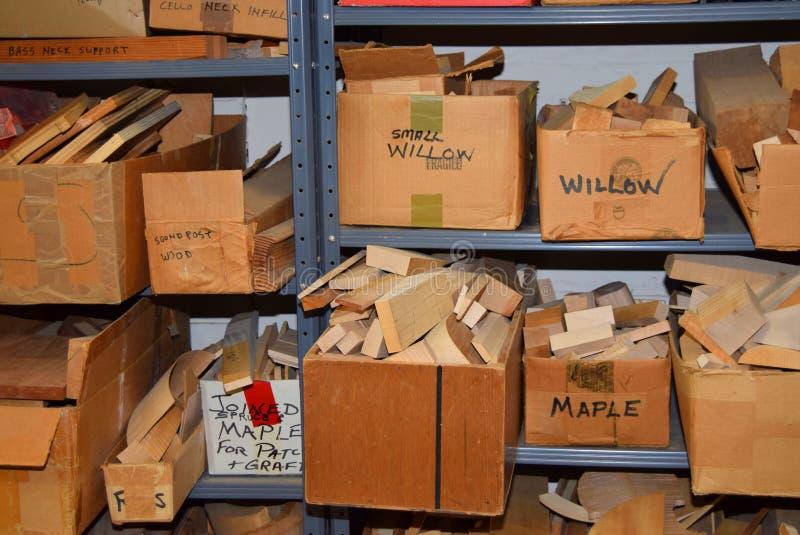 Le scatole dei rifornimenti di legno fini in violino comperano fotografia stock libera da diritti