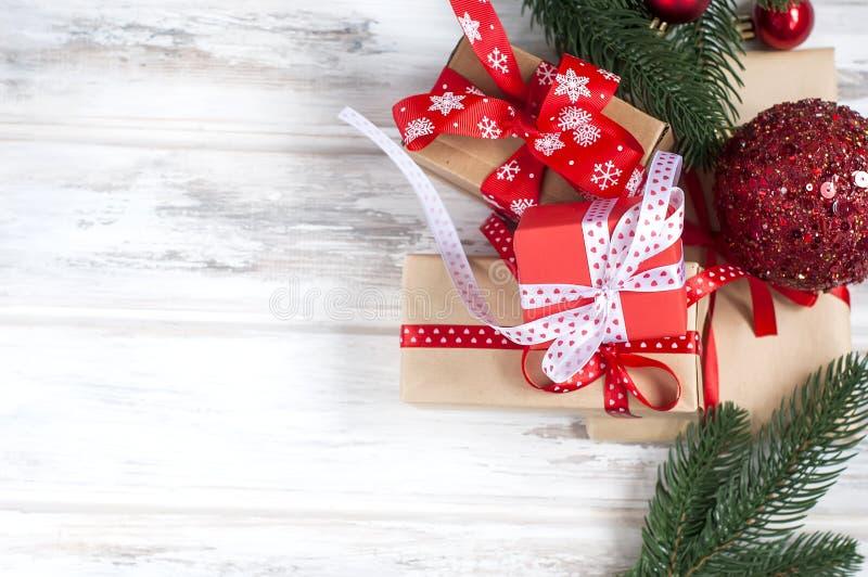 Le scatole di Natale, abete si ramifica, coni, decorazioni di Natale immagine stock